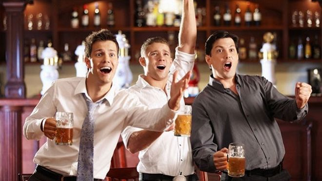 Ох, как же мужчины любят проводить вечера с друзьями за пивом и перед экранами телевизора. Громкие возгласы за каждый забитый мяч. Пицца, орешки. Что еще нужно для таких посиделок. Просто сбор диких болельщиков, которые расслабляются под стук бокалов и шум остальных. А женщины обижаются. Потому что они остаются в одиночестве дома. Мужья тем временем, отрываются по полной программе. Но когда жены хотят пойти и провести вечер с подружками, возникает большой и жирный вопрос: как так, на ночь…