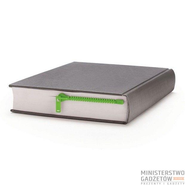 Idealny gadżet dla wszystkich moli książkowych, który zawsze otworzy książkę we właściwym miejscu.Zipmark została zaprojektowana by wyglądać jak zamek błyskawiczny, dzięki czemu sprawia wrażenie, że czytaną książkę można rozpiąć!