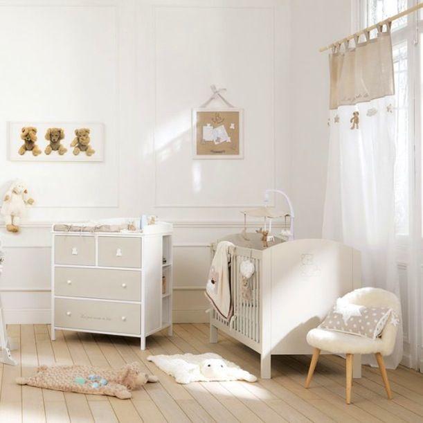 Neutre à souhait dans les deux coloris de beige et de blanc, la chambre peut se qualifier d'unisexe.