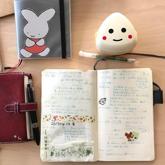 shangzi_2おにぎりケース🍙買いました❣️ しかし!数日前水筒のお白湯がカバンの中で大量に漏れて大事なアンリクイールにシミがっ…😭 これからの季節はおにぎりがイタまないように気をつけないと&手帳類を水害から守らねば! 何かいい方法を考えよう。 #notebook #moleskinejp #moleskine #モレスキン  #hobonichi #ジブン手帳2017/04/16 08:14:30
