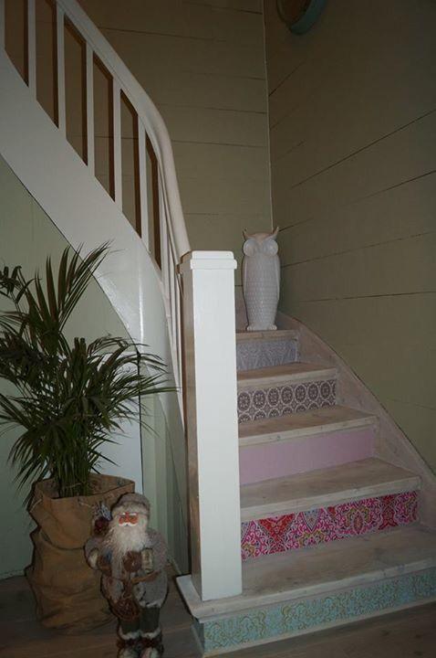 Gjenbruk av tapetrester Billig, enkel og flott fornying av trapp Shabby chic, bonderomantisk og sommerslig