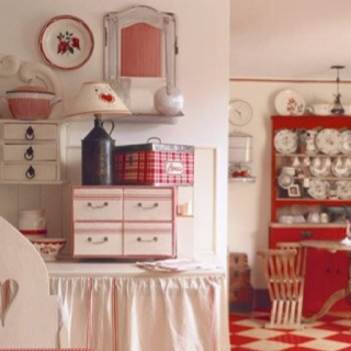 .: Red And White, Cottages Kitchens, Kitchens Design, Vintage Kitchens, Red Kitchens, Farmhouse Style, Country Kitchens, Retro Kitchens, White Kitchens