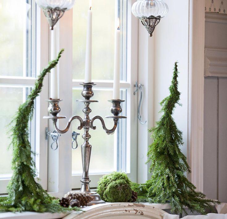 Nå som vi er inne i den koselige juleverksted-tida - hvorfor ikke lage et koselig lite juletre? Eneste du trenger er granbar og ståltråd.