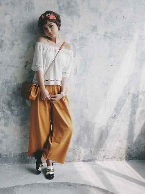 フェミンンなオフショルダーに落ち着いた色のオレンジワイドパンツをプラス☆人気・おすすめ・トレンドのワイドパンツのモテコーデ一覧まとめ♪