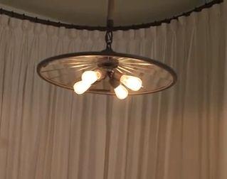 Rebecca Robeson tervezte biciklikerék-lámpa, loft lakásba | Bike wheel chandelier by Rebecca Robeson, for a loft-style flat