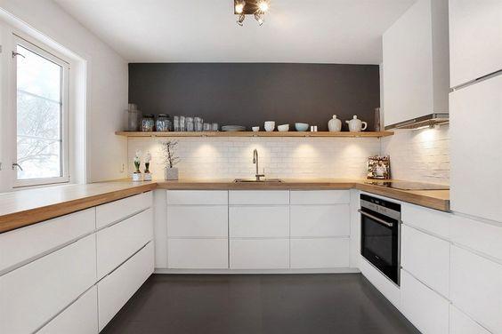 Séparation entre la crédence et la partie haute du mur dans la cuisine avec une étagère ouverte  http://www.homelisty.com/etageres-ouvertes-cuisine/