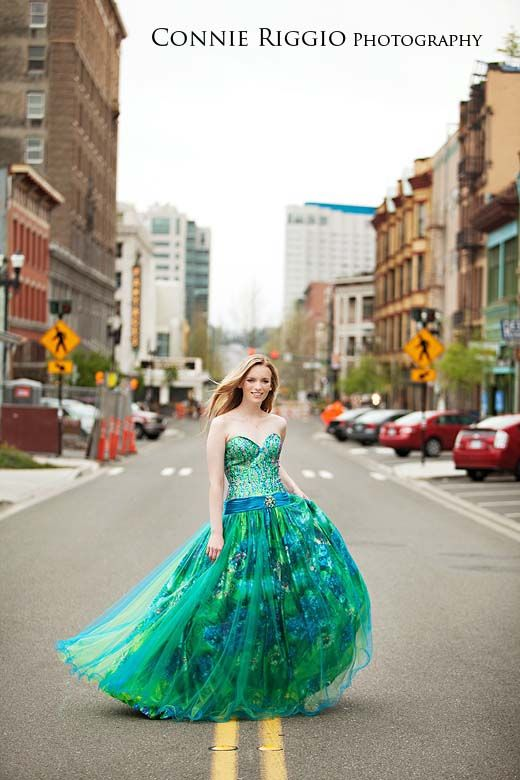 Prom dress senior picture ideas for girls. Prom dress senior pictures. #promdressseniorpictures #seniorpictureideasforgirls #uniqueseniorpictureideas