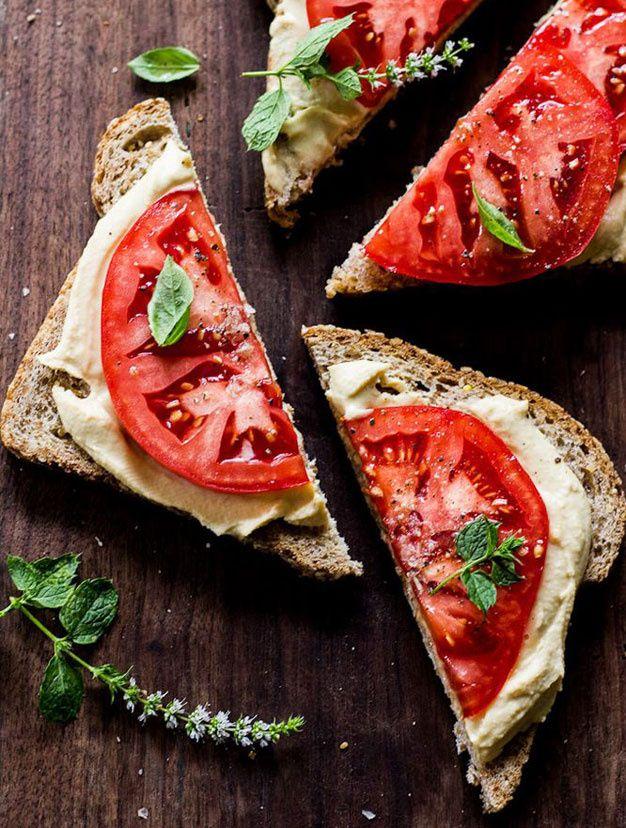 Pourquoi ne pas remplacer l'habituel fromage frais de nos tartines par une fine couche de houmous ? À « accessoiriser » ensuite à l'envi, avec des tranches de tomates et un peu de menthe, par exemple