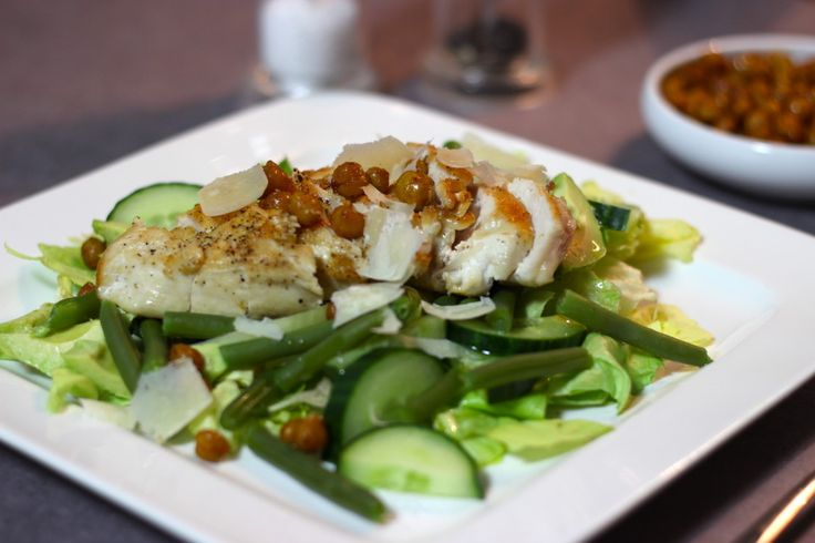 Green salad with roasted chickpeas and chicken | healthy recipe | www.cottonandcream.com