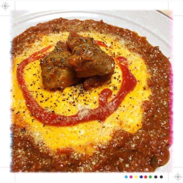 あとカフェランチメニューの試作で作った、水を使わないオム焼きカレー(๑′ᴗ‵๑)  ブロックの豚肉が安かったので、塩コショウ、料理酒、ヨーグルトに漬け込んでおいて、玉ねぎを飴色まで炒めます。  トマト缶の中身を裏ごしして、にんじんとニンニクのすりおろしを混ぜておきます。  お肉に焼き目をつけたら、トマトソース、玉ねぎ、月桂樹の葉、長ネギの青い部分を入れて煮込みます。  煮込み終わったら、ガラムマサラ、カレー粉を入れ、隠し味にソース、インスタントコーヒー、キャラメルを入れて軽く煮込んでルーは完成!  ご飯の上に薄焼き卵をのせて、その周りにルーを盛り付けて、粉チーズを振りかけてからバーナーで焦げ目 - 63件のもぐもぐ - オム焼き無水トマトポークカレー(๑′ᴗ‵๑) by powerangix