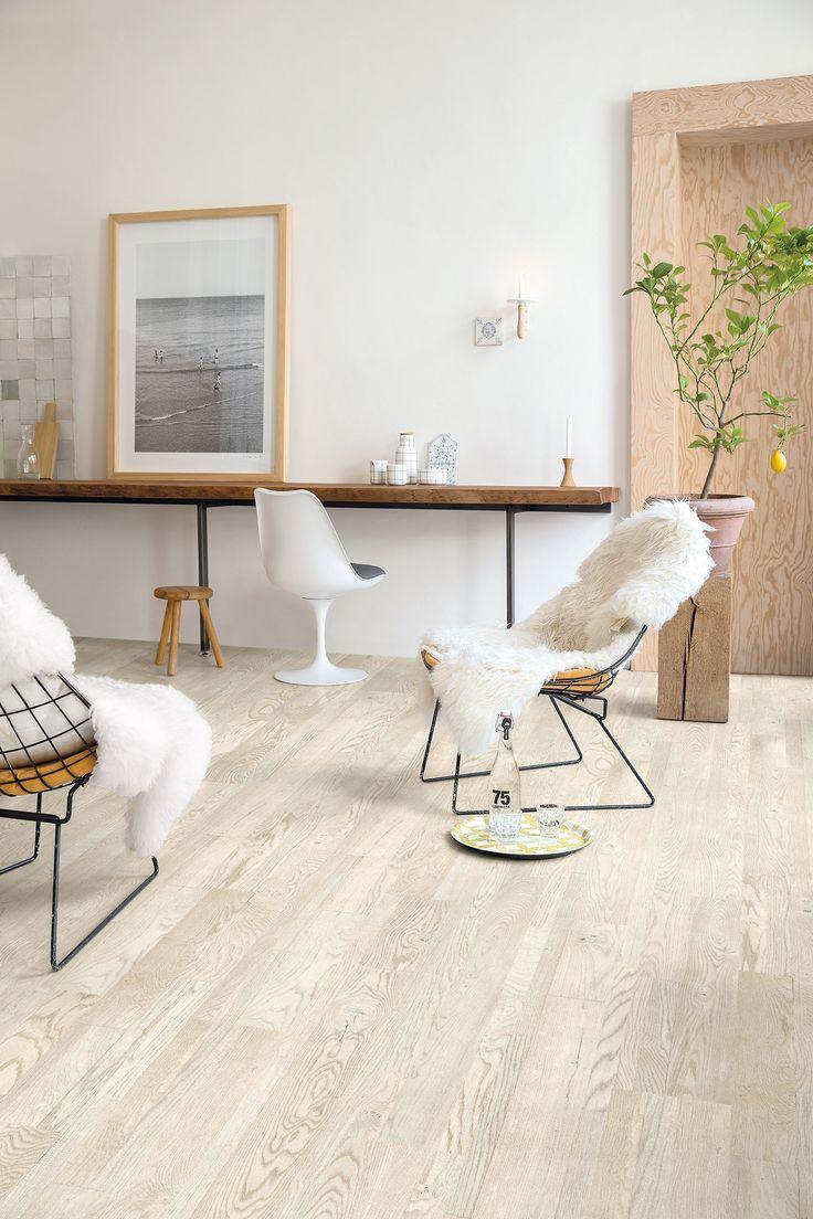 El #suelo de #parquet Roble Pintado Blanco Aceitado de la colección Variano de #QuickStep tiene unas medidas de 190mm de ancho x 2200mm de largo x 14mm de grosor que aportan visualmente centimetros de más en cualquier habitación. Su tonalidad clara ilumina y brinda frescura a los espacios. #homeideas #homedesigne #decoración #diseño #hogar #home #casa #interiorismo