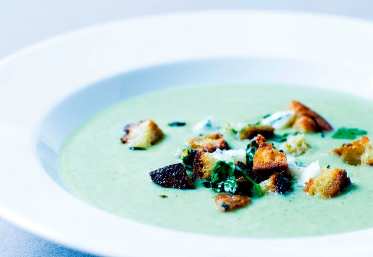 Få opskriften på en varmende, mættende og en sundhedsbombe af en suppe, der er toppet med sprøde croutoner