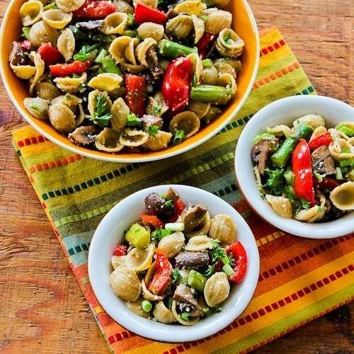 Salada com macarrão integral orecchiette com molho de aspargos assados, pimentão vermelho e cogumelos