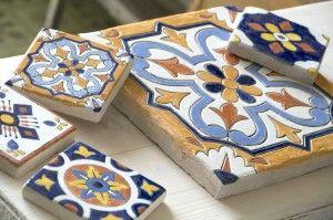 глиняная керамическая плитка ручной работы размером 20 * 20 и 10 * 10 см.