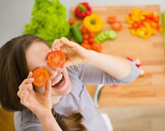 Pokud vám zima úsměv na tváři nevykouzlila, zkuste to pomocí zdravého jídelníčku. Podpoří nejen vaše ladné křivky, ale i nervy a náladu. Tak schutí do toho! Pondělí Snídaně: Žitný chléb savokádem a sýrem light Svačina: Hruškový celozrnný koláč Oběd: Celozrnné š…
