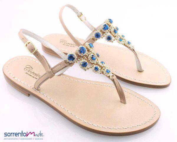 Sandali infradito realizzati a mano, un tripudio di strass nei delicati toni del blu, eleganti e raffinati. Un articolo che non può mancare quest'estate