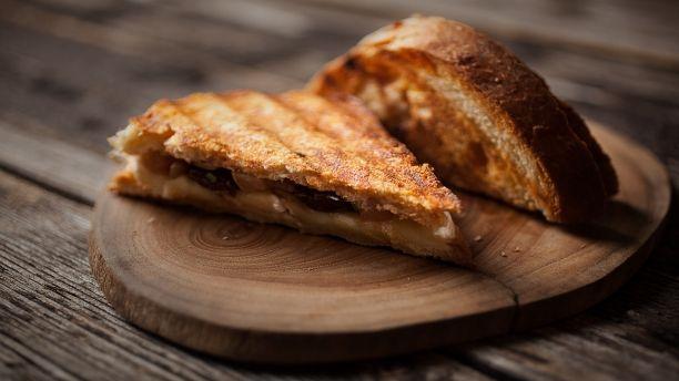 Recettes - Signé M - TVA - Sandwich grillé au brie et chutney aux poires