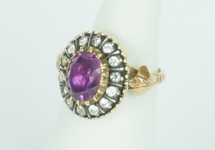 Een BWG gouden entourage ring bezet met een amethis en 8-kantig geslepen glazen stenen, maat 16.