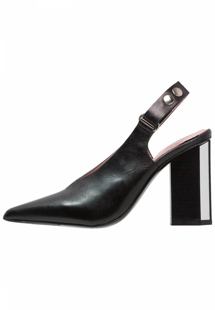 By Malene Birger. HARLEY - Højhælede pumps - black. Udvendigt materiale:læder. Mønster:unifarver. For:læder. Hælhøjde:9.5 cm i størrelsen 37. Sål:kunststoflæder,læder. Skospids:spids. Foring:meget let foring. Hæl:blokhæl