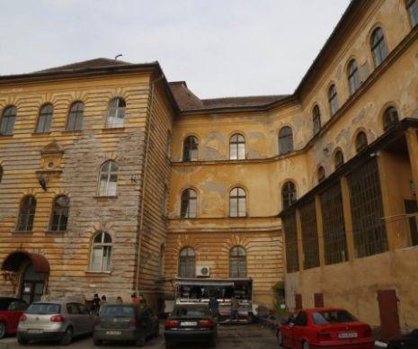 """Halucinant. Elevii învață cu PĂTURI ÎN GEAM ca să nu înghețe, în CENTRUL Timișoarei I GALERIE FOTO - La Colegiul Tehnic """"Emanoil Ungureanu"""" din Timișoara e atât de frig în clase încât conducerea a pus, între geamuri pături luate din internatul școlar, ca să oprească gerul care vine de afară. Sunt 30 de săli de clasă unde învață 800 de elevi...."""