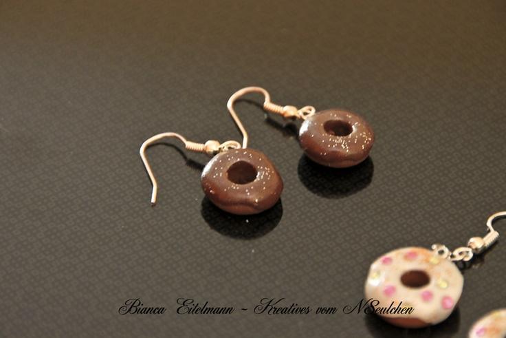 Süße Schoko-Doughnut-Ohrringe aus Polymer Clay mit Glitzerüberzug    Polymer Clay ist eine ofenhärtende Modelliermasse, die es in verschiedenen Farben