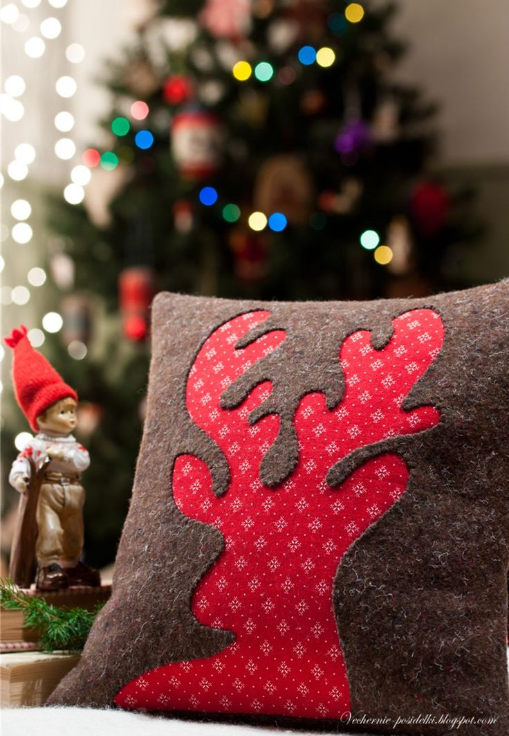 I just love the use of reverse applique here.  Подушка с оленем / Reindeer pillow - Вечерние посиделки