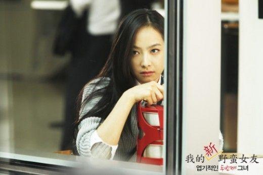 """Victoria de f(x) no puede ocultar sus celos en las primeras imágenes de """"My Sassy Girl 2″"""