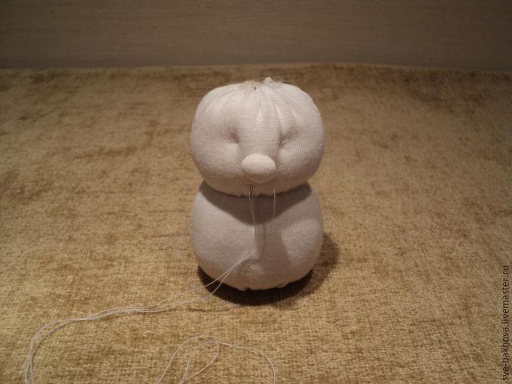В прошлом году я показывала, как сматерить маленького дедушку Мороза В этом мастер-классе я хочу показать, как можно смастерить внучку Снегурочку. Размеры трикотажной основы — 10 х 7 см ( 2 шт); голубого кафтанчика — 14 х 5 см; шапочки — 14 х 4 см. Материалы: голубой флис, белый трикотаж, шерсть для валяния, декоративная тесьма, бусинки для глаз. Инструменты: ножницы, иголка, нитки белые и голубые, красный карандаш, гелевые красная …