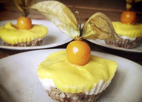 Förgyll helgen med kanongoda små cupcakes som får en att drömma sig till tropikerna. Nötbotten med krämig fyllning och avslutningsvis ett härligt mangotäcke. Glutenfritt till tusen.
