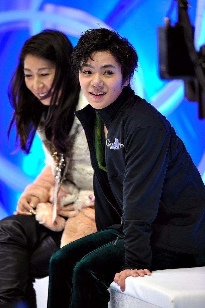 男子フリーの演技後、キスアンドクライでカメラを見つめて笑顔の宇野昌磨=白井伸洋撮影 (2015年12月26日)