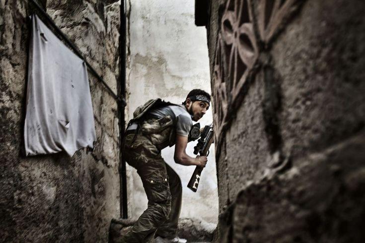 """Imagen tomada por el fotógrafo Fabio Bucciarelli de la agencia France Press, en Alepo (Siria) el 10 de octubre de 2012 que ha quedado segunda en la categoría de """"Noticias generales"""" del certamen World Press Photo."""