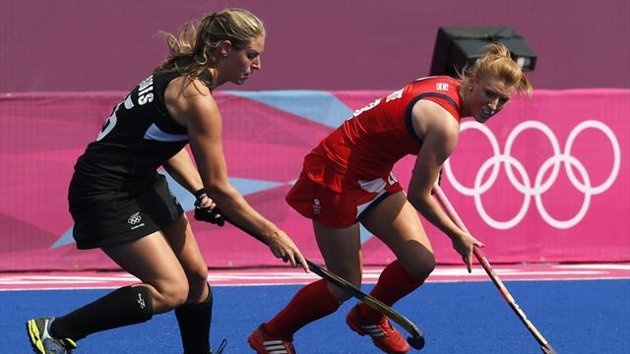 Eurosport - Great Britain's Nicola White (R) fights for the ball with New Zealand's Clarissa Eshuis during their women's bronze medal hockey match at the Riverbank Arena (Reuters)