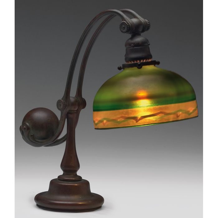 """Lampara de meda de tulipa balanceante de """"Favrile Glass"""", un tipo de cristal ideado por Louis Comfort Tiffany, patentado en 1894. Es diferente de los demas cristales iridiscentes porque el color y el brillo esta no solo en la superficie sino tambien en su interior. Louis Comfort Tiffany"""