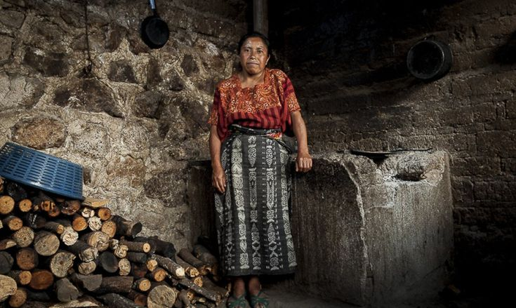 Ana Paula, de 39 años, es madre de siete hijos en el municipio de San Catarina Palopó. Vive con todos en una casa insalubre en los altos del pueblo rodeada de basuras, perros y gallinas. Su marido era alcohólico, la abandonó por otra mujer y no aporta ayu