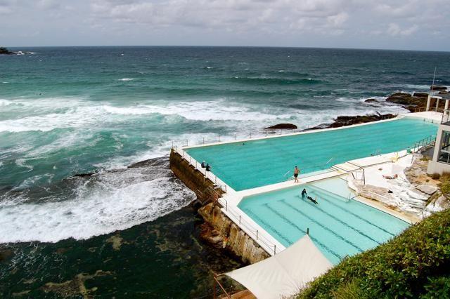 Una piscina olimpionica lunga 50 metri, alimentata con la stessa acqua dell'oceano circostante. La Bondi Iceberg Pool si affaccia sulla Bondi Beach, popolare spiaggia di Sydney, ed è aperta al pubblico tutti i giorni dell'anno. L'ingresso costa 6 dollari. Per info: http://icebergs.com.au (foto: Flickr/mickitakespictures)