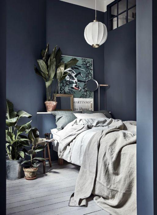 Небольшая спальня с серо-синими стенами.