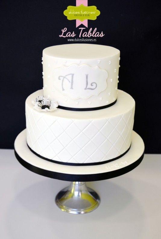 Blanco y negro, esos colores elegantes que deslumbran... http://dulcesilusiones.es/nuestras-tiendas/tienda-las-tablas/