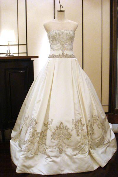 細かく銀糸を織り込んだ刺繍とビーズが贅沢に施され、アンティーク調の独特の雰囲気を醸し出す、ワンランク上のプリンセスライン。ゴージャスなボリューム感が広い会場にピッタリ。『Reen Acra 03-8204』p01_pic08
