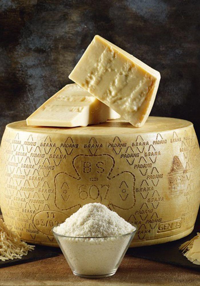 """Parmigiano Reggiano  Le plus prestigieux des fromages AOP italiens se brise et ne se découpe pas, car sa texture est granuleuse et fiable. C'est le seul que l'on puisse nommer """"parmesan""""."""