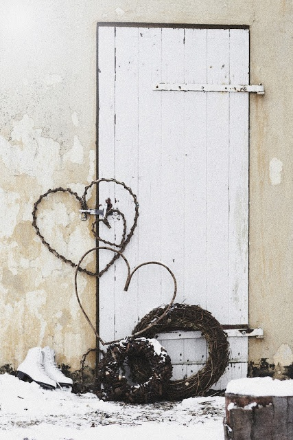Note to self: cut a round wreath wire, shape into heart and rust the wire. Do various sizes for a nice rustic display for both christmas and valentines day.