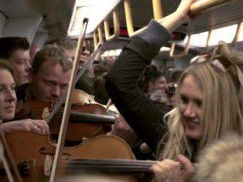 デンマークの地下鉄車内で突如始まったクラシック演奏。つらい通勤電車も、こんな優雅な曲を生で聴けたらうれしいですよね。コペンハーゲン・フィルがラジオ局と協力して仕掛けたフラッシュモブだそうです