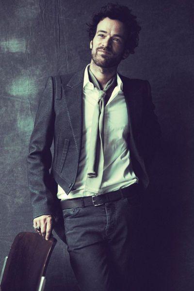 Veste en laine mélangée, chemise en coton avec gorge à bord franc, Lanvin. - Romain Duris, le dandy cool - L'EXPRESS