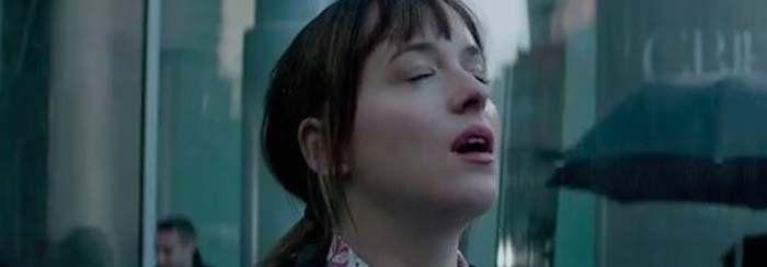 Repasando escenas como éstas antes de Darker. Anastasia bajo la lluvia, ya sabemos por qué... #fiftyshadesofgrey #DakotaJohnson #JamieDornan