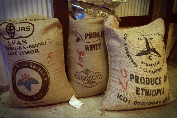 コーヒーの麻袋使い終わると袋がたまっていきます コーヒーの麻袋。 業者さんは「またい」と言ってたりしますが、変換では出てきません。 お店によっては、帽子やトートバッグなどを作っているところもありますよね。 さて…、 ウチのお店では、コーヒー豆を正袋で買うのは数種類、買っても30kgの小さいサイズだけ。100g単位での焙煎だし、重いし置く場所もないし運べないし、60~70kgのはまだちょっとウチには要らない。 大きさで言うと、2歳くらいの子どもがスッポリとおさまるくらいでしょうか。 まぁ、そんな感じで生豆を使い終わると、コーヒーの麻袋が少量ながらたまっていきます。いわゆる、ドンゴロスというやつ。 何かしら使い道もあるとは思うんですが、現在のところ考えてはいないので、お店に置いておくのも場所に困る。かと言って、捨てるのももったいない…。 シモジマに行ったら、216円で売ってるやつ。 自分たちにとっては必要ないものでも、欲しい人はいるのだろうなぁ…と。 ということで、お客様に持って帰ってもらうように店頭に置いています。…
