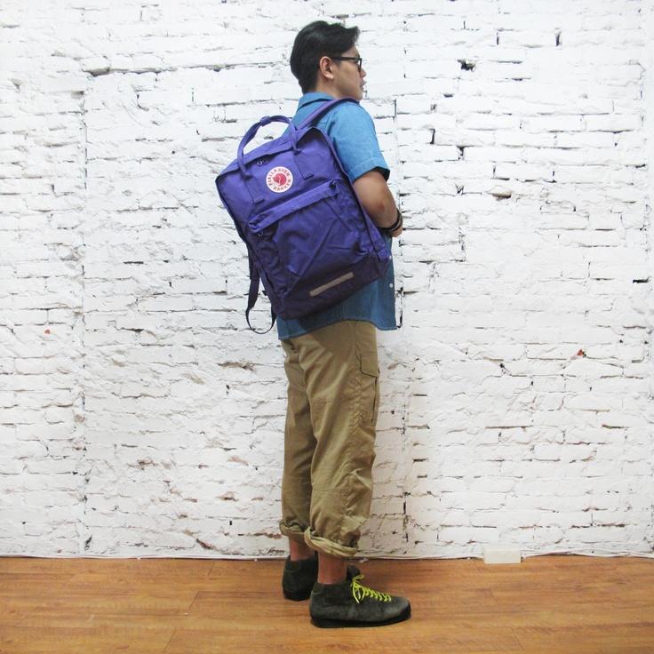 man with Kanken Big 580 Purple