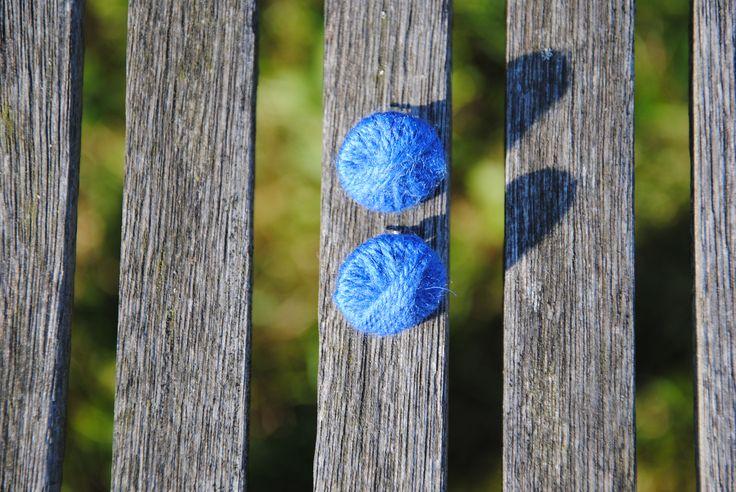 Handgemaakte oorbellen in blauwe wol