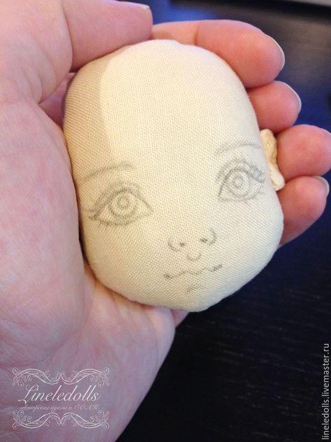 С чего начинается кукла? Конечно, с приятного глазу милого кукольного личика. Предлагаю Ввашему вниманию небольшой урок с советами для начинающих, как научиться рисовать кукольное личико текстильной кукле. Сразу предупреждаю, что данный мастер-класс носит скорее обзорный характер и не показывает всех тонкостей, тем более, что у каждого кукольного мастера своя технология.