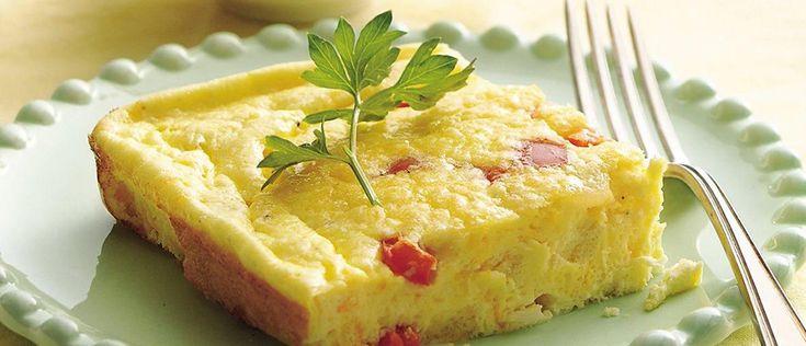 O ovo constitui opção leve e saudável para refeições práticas e leves. Ainda mais quando é preparado no forno, como esta versão nutritiva de omelete.