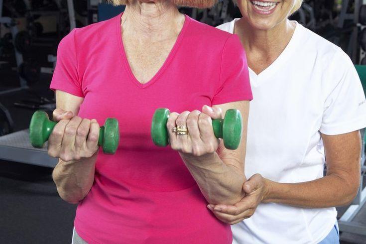 Cómo tonificar para mujeres mayores de 60 años. En las mujeres de más de 60 años, la tonificación del cuerpo con un programa completo de gimnasia producirá una mejora en la salud y el bienestar. Cuando estés tonificada y fuerte, verás que las actividades diarias, desde acarrear las compras hasta ...