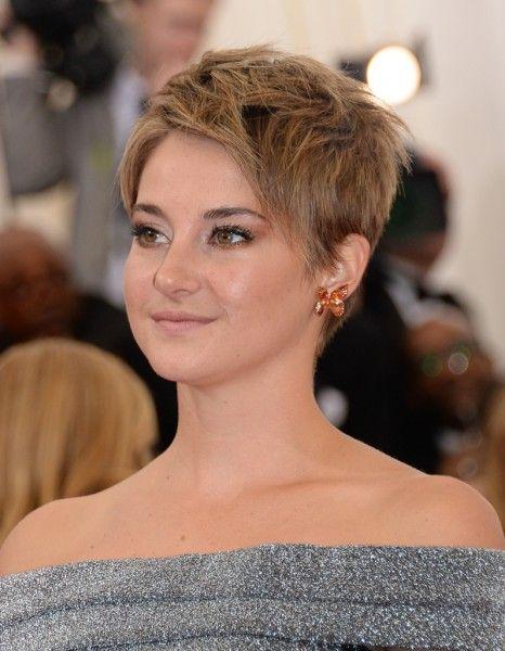 Une « pixie cut » blond foncé - Cheveux courts sur tapis rouge : Shailene…